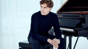Not afraid of emotional risks at the keys: pianist Jan Lisiecki. (Photo by Christoph Köstlin.)